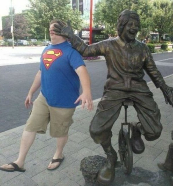 Oameni si statui in ipostaze hilare - Poza 4