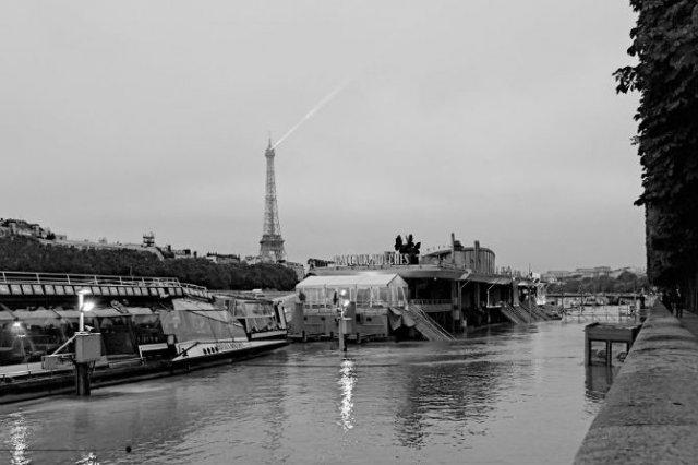 Parisul sub ape, in fotografii alb-negru - Poza 10