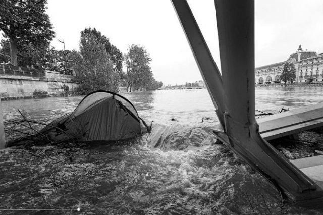 Parisul sub ape, in fotografii alb-negru - Poza 3