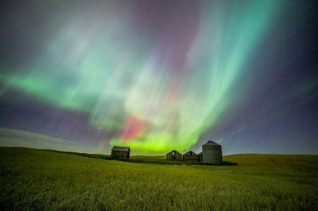 Lumini nordice dansand pe cerul instelat - Poza 1