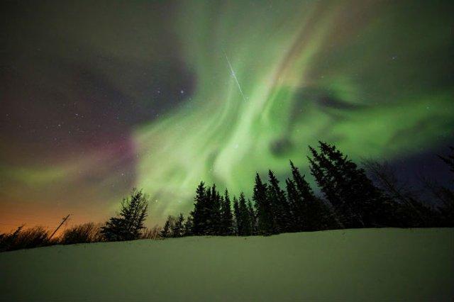 Lumini nordice dansand pe cerul instelat - Poza 5