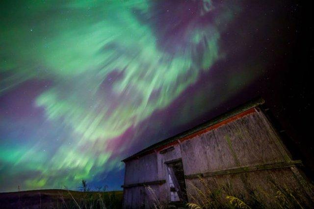 Lumini nordice dansand pe cerul instelat - Poza 6