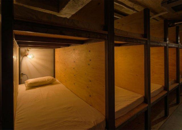 Hostelul-biblioteca: Locul in care dormi alaturi de carti, pe rafturi