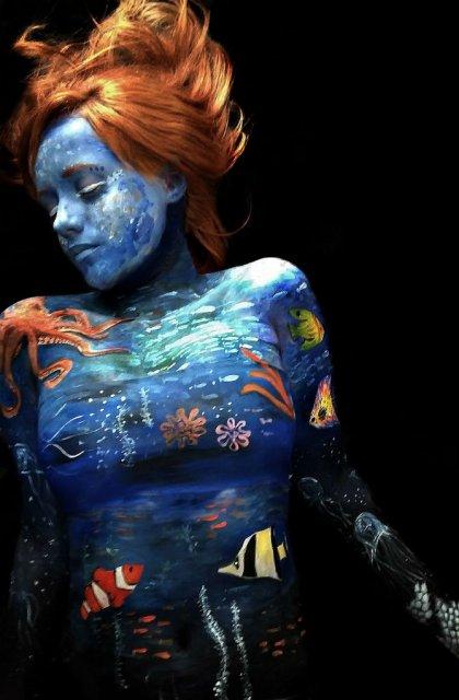 Artista cu trupul-ecran: Isi prezinta creatiile cu ajutorul corpului - Poza 1