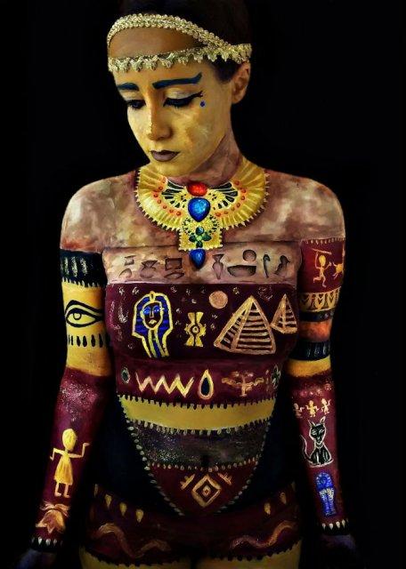 Artista cu trupul-ecran: Isi prezinta creatiile cu ajutorul corpului - Poza 3