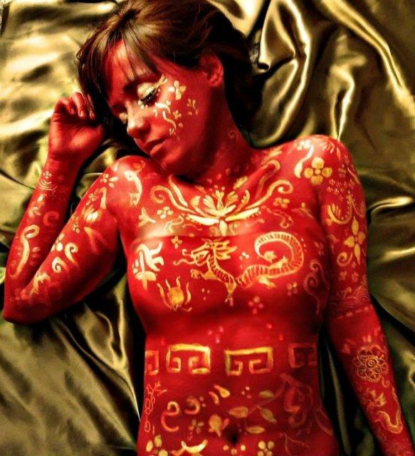 Artista cu trupul-ecran: Isi prezinta creatiile cu ajutorul corpului - Poza 6