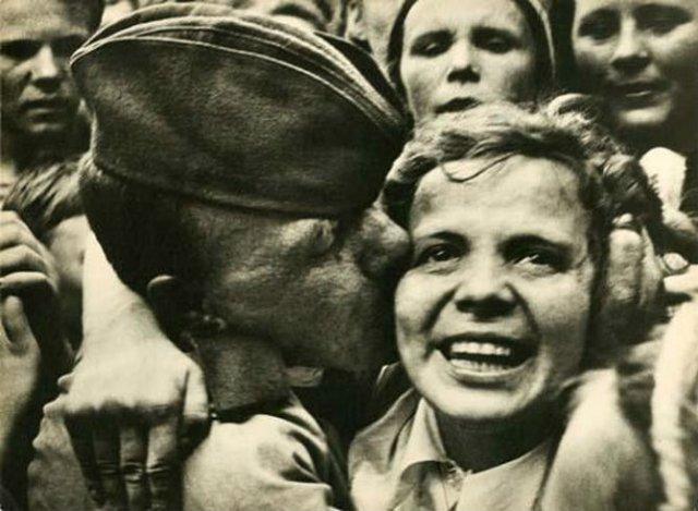 Sapte decenii de fotografie sovietica, in alb si negru - Poza 7