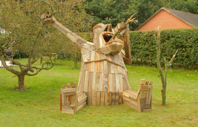 Creaturi uriase de poveste, facute din resturi de lemn
