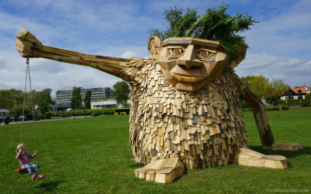 Creaturi uriase de poveste, facute din resturi de lemn - Poza 2