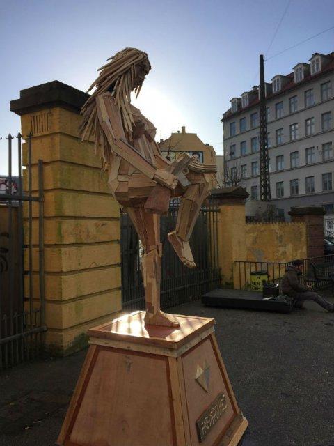 Creaturi uriase de poveste, facute din resturi de lemn - Poza 5
