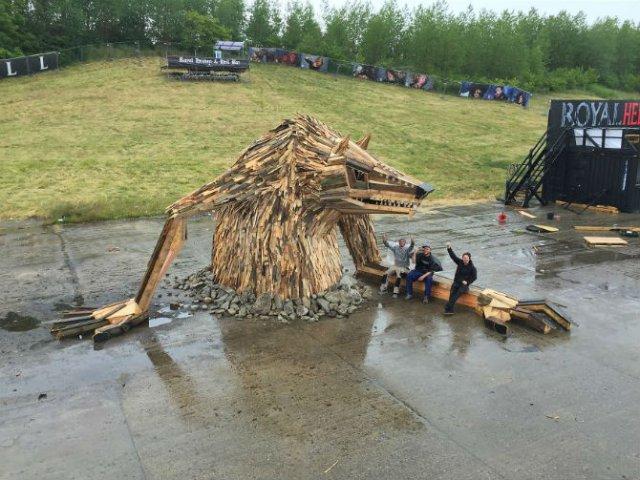 Creaturi uriase de poveste, facute din resturi de lemn - Poza 9