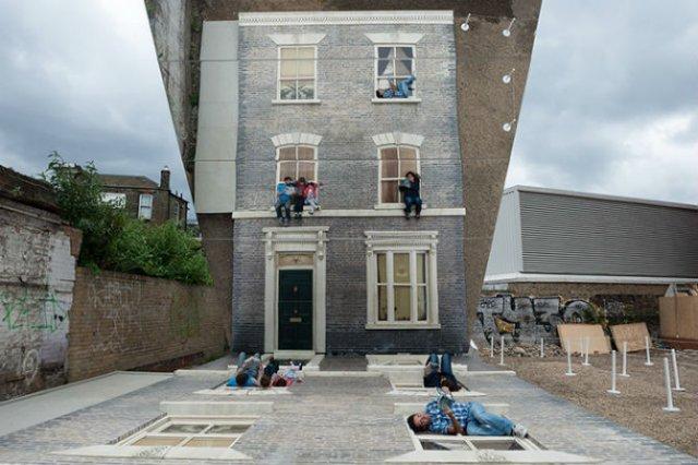 Iluzie vizuala: O cladire inalta si membrii unei familii atarnati la f - Poza 3