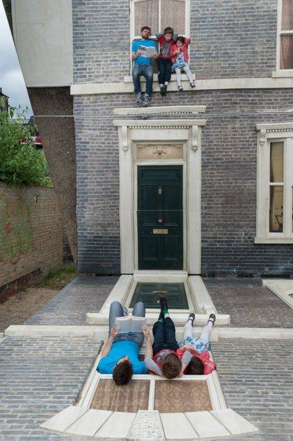 Iluzie vizuala: O cladire inalta si membrii unei familii atarnati la f - Poza 5