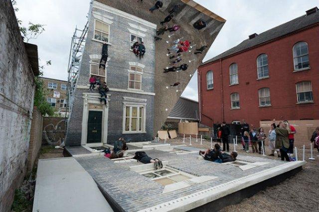 Iluzie vizuala: O cladire inalta si membrii unei familii atarnati la f - Poza 6