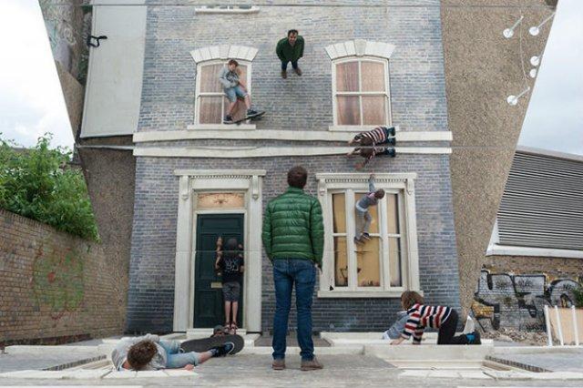 Iluzie vizuala: O cladire inalta si membrii unei familii atarnati la f - Poza 8