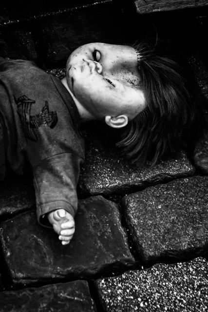 Tristetea unor papusi abandonate, in poze cenusii - Poza 13