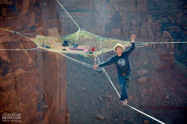Acrobati ai aerului, pe sfori, desupra stancilor - Poza 1