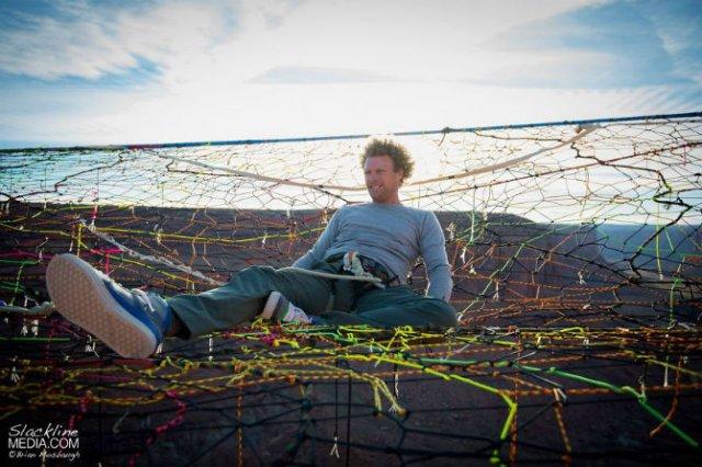 Acrobati ai aerului, pe sfori, desupra stancilor - Poza 8