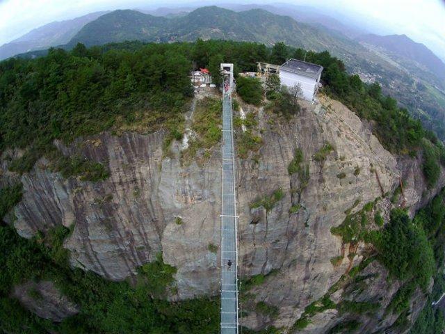 Deasupra muntilor, pe cel mai lung pod din sticla - Poza 1