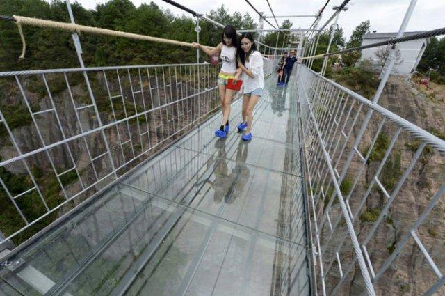 Deasupra muntilor, pe cel mai lung pod din sticla - Poza 2