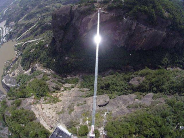 Deasupra muntilor, pe cel mai lung pod din sticla - Poza 3