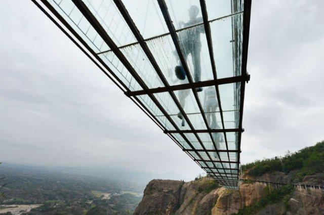 Deasupra muntilor, pe cel mai lung pod din sticla - Poza 4
