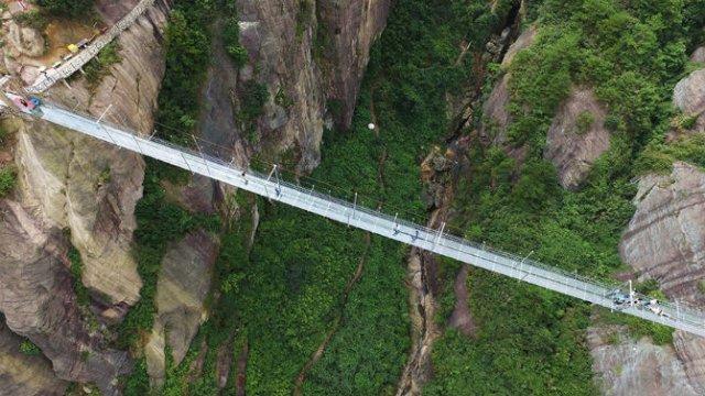 Deasupra muntilor, pe cel mai lung pod din sticla - Poza 5