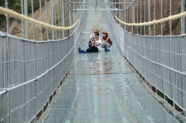 Deasupra muntilor, pe cel mai lung pod din sticla - Poza 6