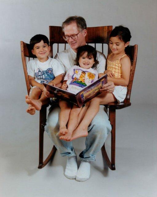 Scaunul creat din pasiunea pentru a citi povesti celor mici - Poza 2