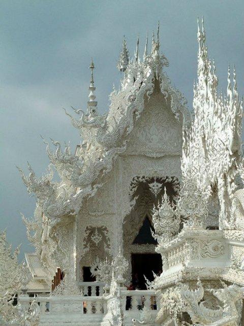 Wat Rong Khun: Templul budist, inspirat din filme SF - Poza 1