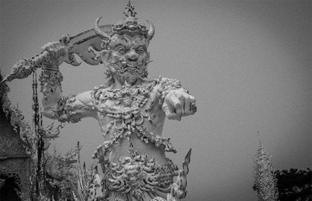 Wat Rong Khun: Templul budist, inspirat din filme SF - Poza 9