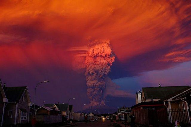 O manifestare nestapanita a vulcanului Calbuco, in 11 poze explozive - Poza 2