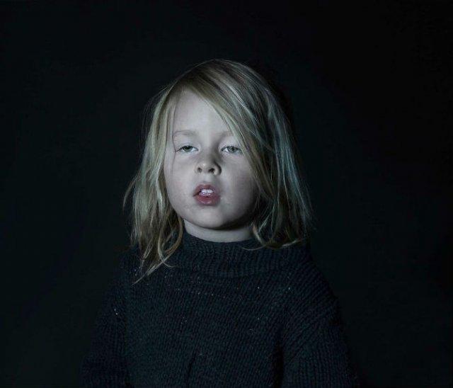 Copiii zombie: 7 Micuti hipnotizati de televizor - Poza 1