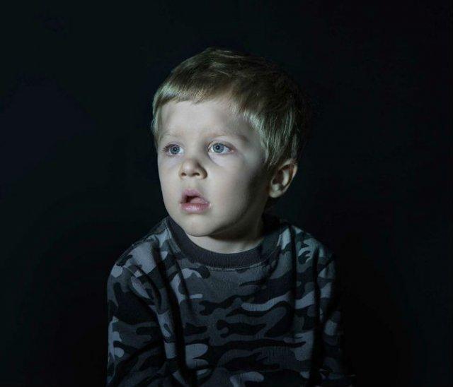 Copiii zombie: 7 Micuti hipnotizati de televizor - Poza 7